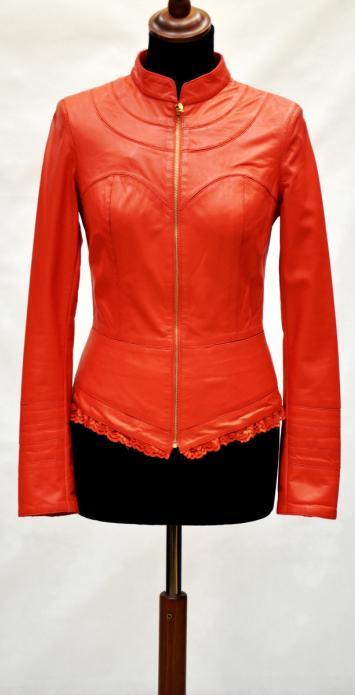 женская короткая куртка цвета коралл