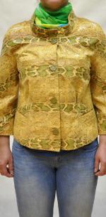 Женская короткая куртка из мягкой кожи под рептилию.