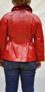 ярко красная куртка