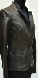 кожаный пиджак на одной пуговице